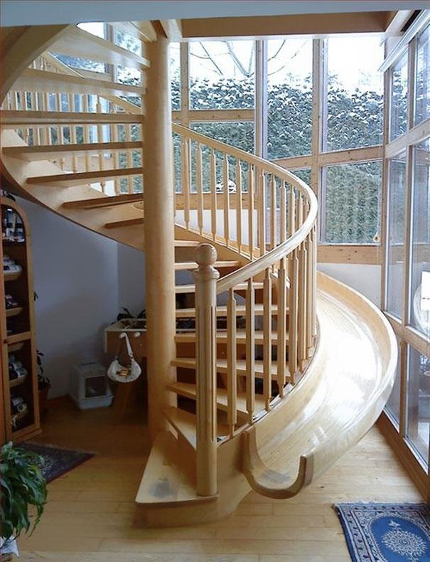 Tobogán paralelo a escalera